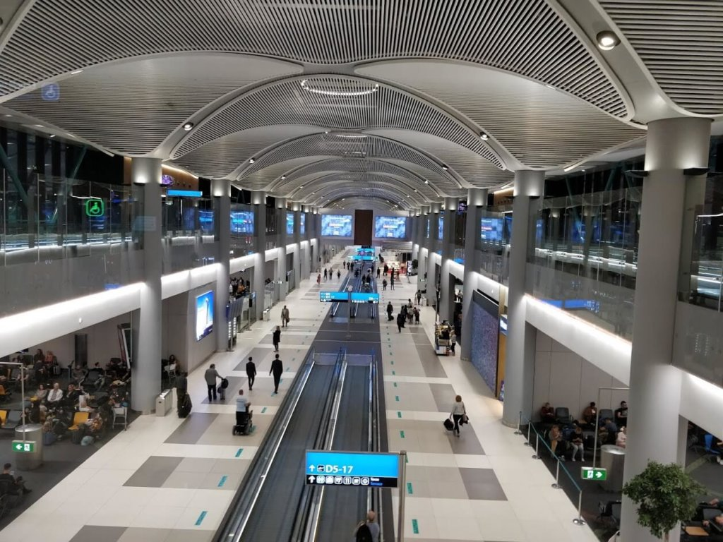 As with most modern airports in the world, the arrivals hall is on top of the departure zone